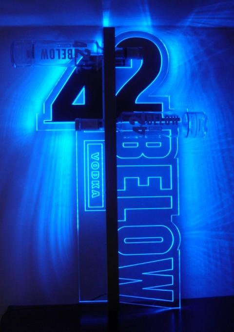 enseigne lumineuse : des logos sur fond bleu