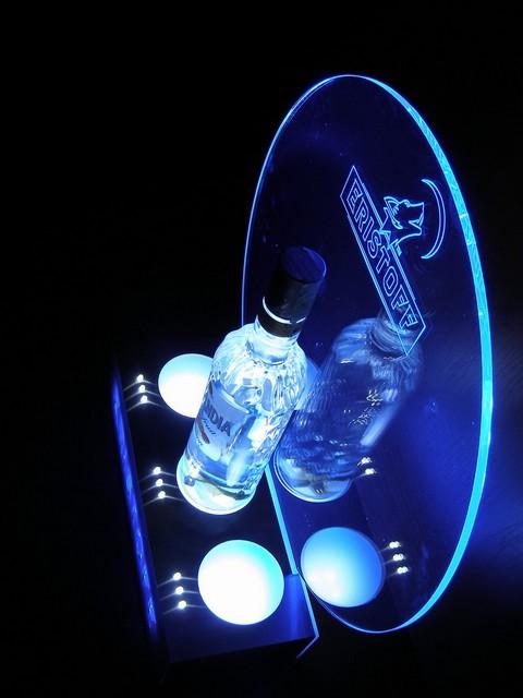 présentoir lumineux avec éclairage tangentiel vu de côté