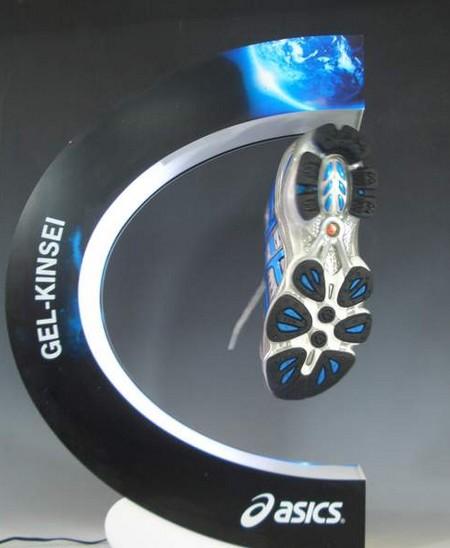 présentoir magnétique avec chaussure
