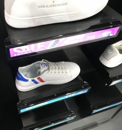 écrans dynamiques - vue des étiquetttes dans un rayon de chaussures