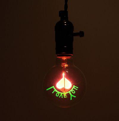 ampoules à tube led avec logo lumineux en forme de coeur et slogan en forme de lettres